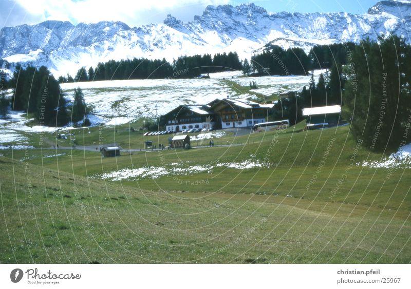 Seiser Alm Wiese Baum Hotel Mensch Restaurant Europa Haus Ferien & Urlaub & Reisen Dolomiten Tourist Tourismus überfüllt Unterkunft Berge u. Gebirge seiser