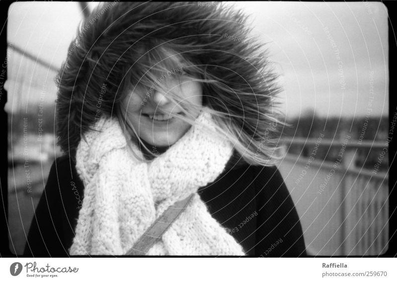 grenzenlos Mensch Jugendliche Erwachsene Gesicht kalt Haare & Frisuren Wind blond frisch leuchten 18-30 Jahre Fell Lächeln Geländer Jacke Sturm