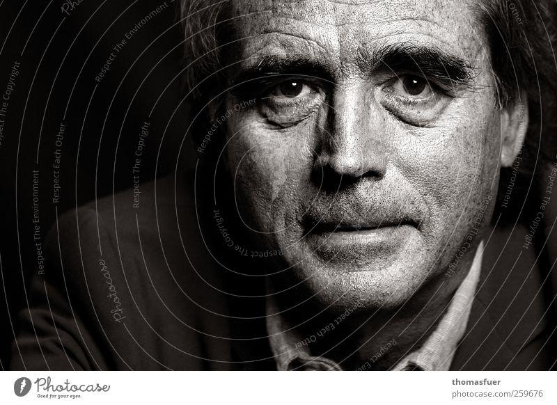 Portrait maskulin Mann Erwachsene Gesicht 60 und älter Senior Denken Blick alt grau schwarz weiß Schwarzweißfoto Innenaufnahme Textfreiraum links Kunstlicht
