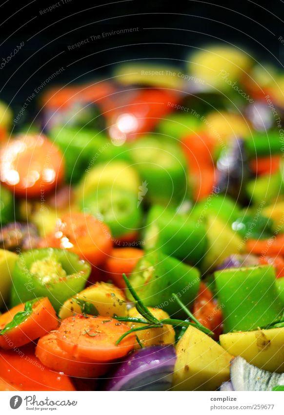 Ratatatatouille Ernährung Abendessen Bioprodukte Vegetarische Ernährung Italienische Küche Wohnung gelb grün rot Möhre Tomate Chili Rosmarin Zwiebel Paprika