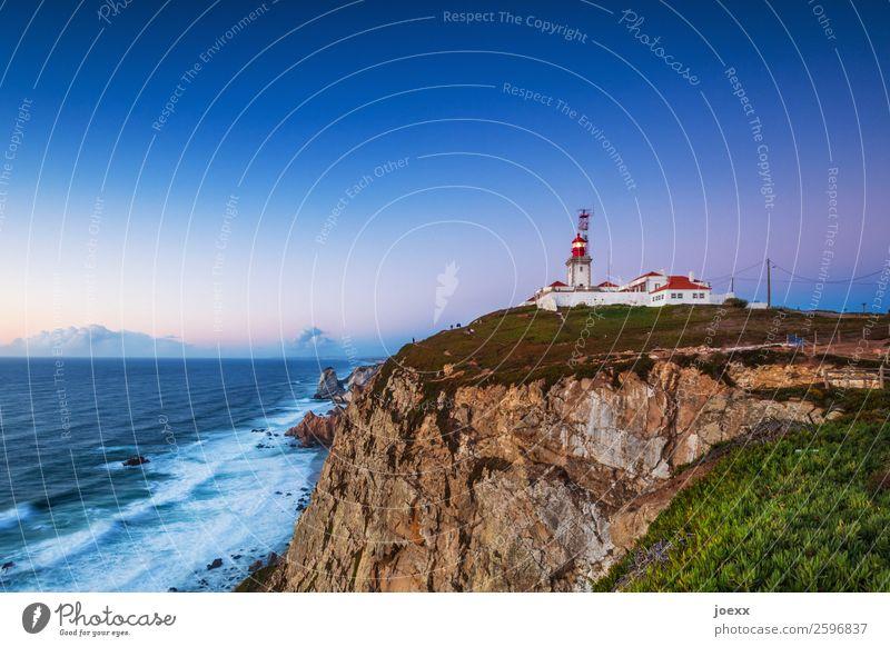 Felsige Steilküste mit Leuchtturm bei fast wolkenloser Abendstimmung Haus Licht Sicherheit Küste Außenaufnahme Farbfoto weiß rot mehrfarbig Portugal