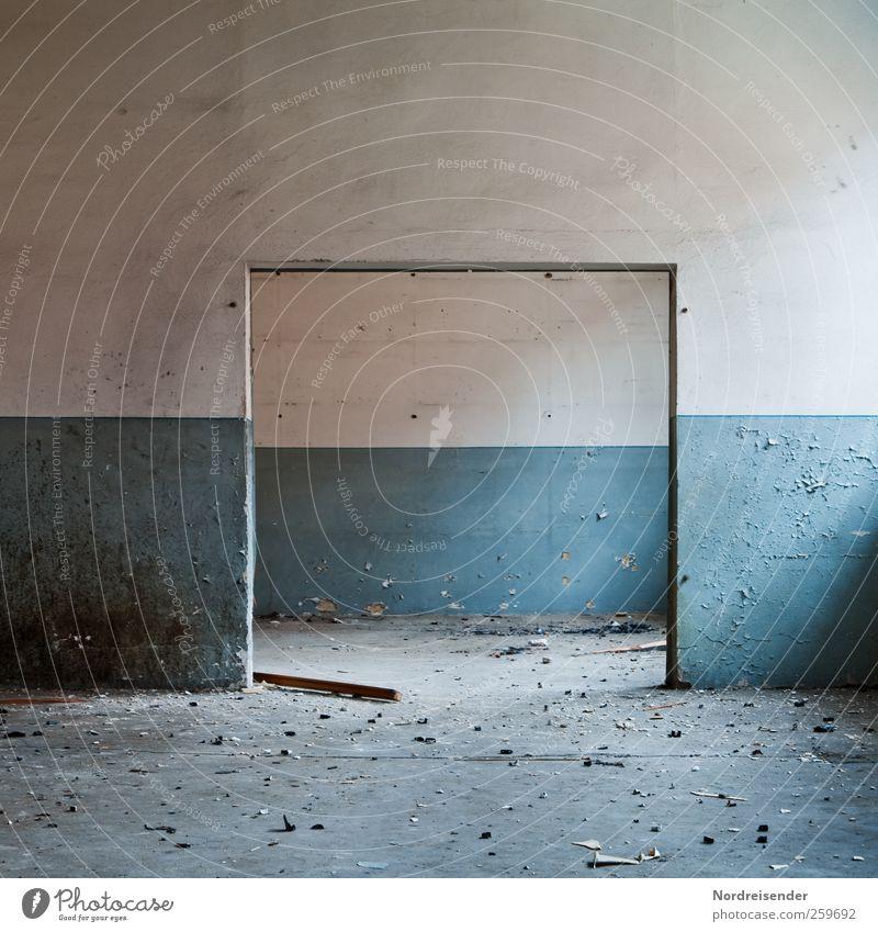 Räumlich Renovieren Innenarchitektur Raum Gebäude Architektur Mauer Wand Tür dunkel kaputt blau weiß Endzeitstimmung stagnierend Symmetrie Verfall Vergangenheit