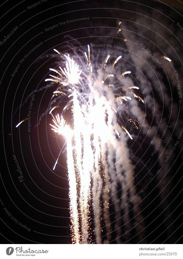 Feuerwerk Himmel grün weiß rot Wolken Freude Strand dunkel Beleuchtung hell Party Freizeit & Hobby PKW verrückt Beginn Italien