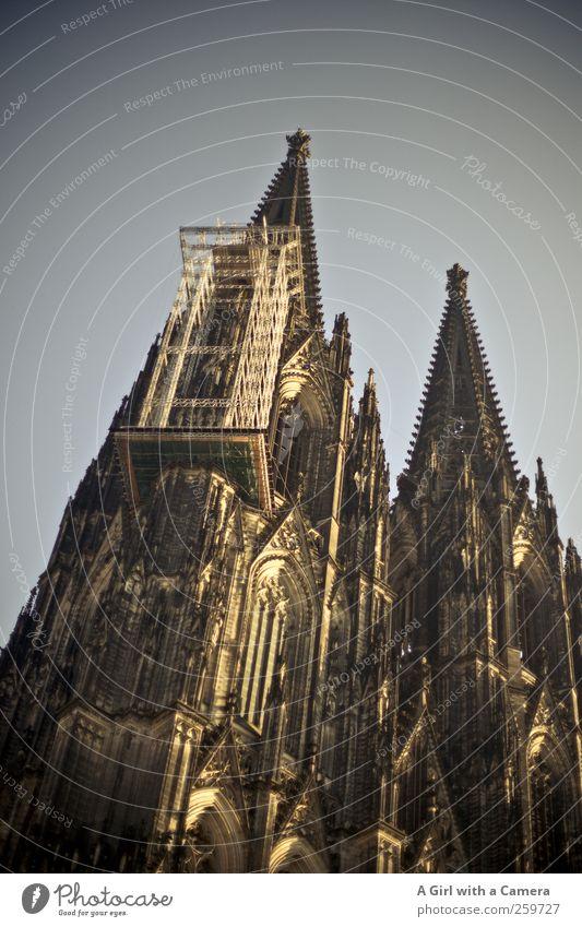 welcome to Germany alt Stadt dunkel Wand Architektur Mauer Gebäude Fassade hoch groß außergewöhnlich authentisch Turm Baustelle einzigartig Bauwerk
