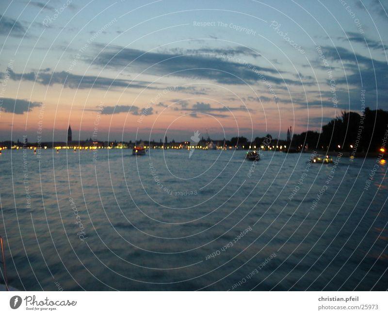 Ankunft in Venedig Wasserfahrzeug Lagune Sonnenuntergang Meer Haus glänzend Architektur blau Ferien & Urlaub & Reisen