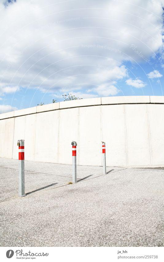 Durchfahrt Luft Himmel Wolken Stadt Menschenleer Platz Durchgang Mauer Wand Beton Stein Asphalt Verkehr Straße Verkehrszeichen Verkehrsschild