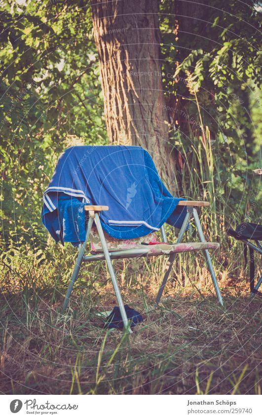 Sie haben den Klappstuhl ausgegraben... Natur Ferien & Urlaub & Reisen blau grün Sommer Baum Ferne Wald Wiese Gras Freiheit Stil braun Zufriedenheit Lifestyle sitzen