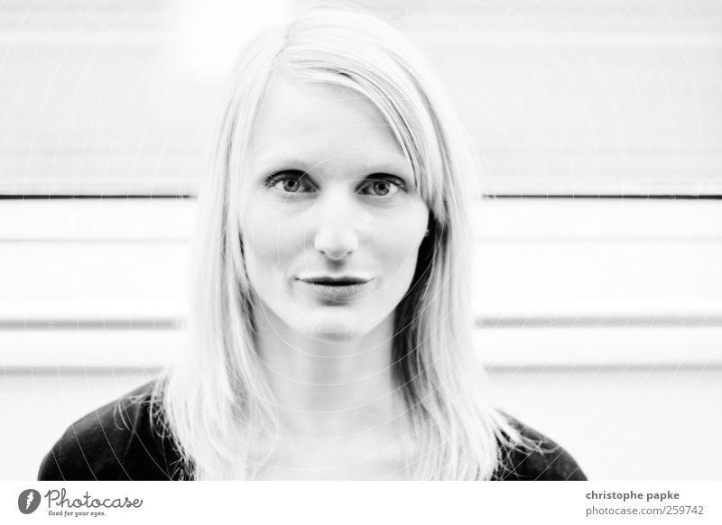 Miriam Mensch feminin Junge Frau Jugendliche Gesicht 1 18-30 Jahre Erwachsene Blick schön selbstbewußt Stolz Schwarzweißfoto Innenaufnahme Nahaufnahme