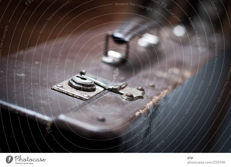zeitreise Koffer Griff Schloss Verschlussdeckel alt braun Fernweh Vergangenheit gepackt Unschärfe antik Gepäck Besitz geschlossen Beschläge Farbfoto