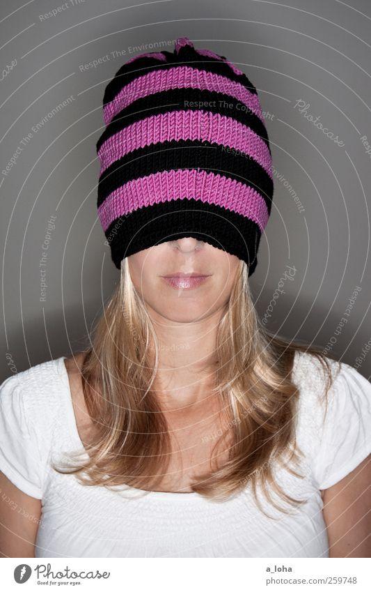 winterzeit ist haubenzeit* feminin Frau Erwachsene Kopf T-Shirt Mütze blond langhaarig Streifen trendy dünn Wärme Haube Beanie stricken Handarbeit rosa schwarz