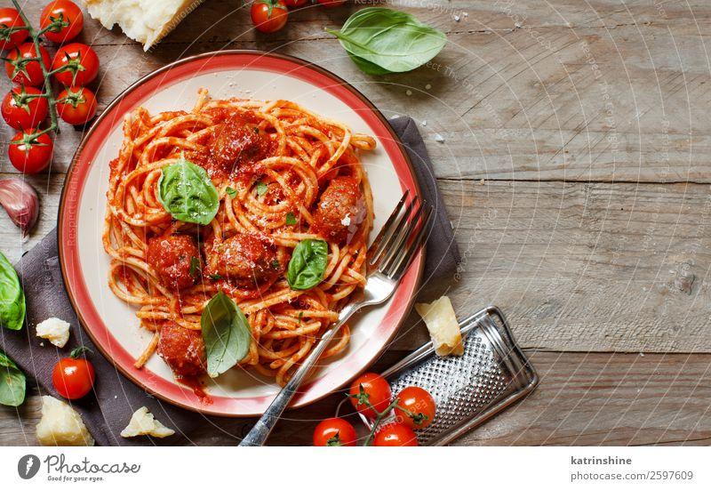 Nudeln mit Tomatensauce und Fleischbällchen Käse Kräuter & Gewürze Mittagessen Abendessen Teller Gabel Tisch frisch grau grün rot Tradition Spätzle Basilikum