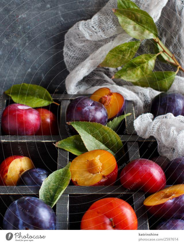Frische Pflaumen mit Blättern Frucht Ernährung Vegetarische Ernährung Diät Sommer Tisch Herbst Blatt Holz frisch saftig braun grau purpur roh reif Ackerbau süß