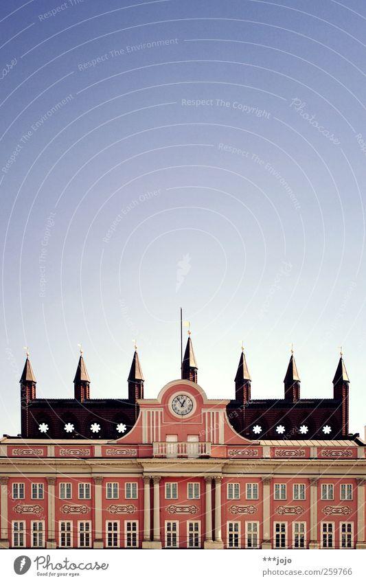 (ro)stockfotografie. Himmel alt Fenster Architektur Gebäude rosa Fassade Uhr Turm Bauwerk Backstein historisch Burg oder Schloss Reichtum Säule Wahrzeichen