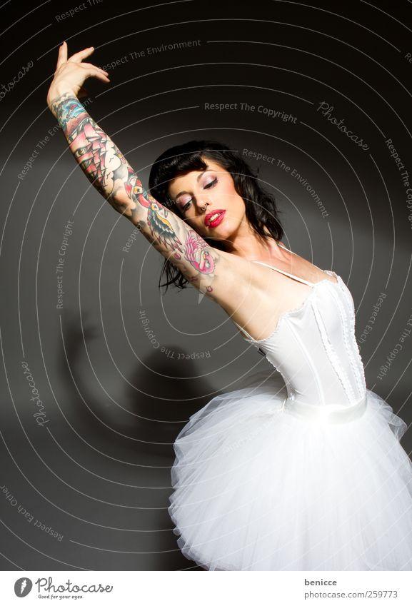 schwanenrock Mensch Frau Erotik Tanzen außergewöhnlich Kleid Ball Rockmusik Tattoo Werkstatt Balletttänzer Gegenteil absurd Rocker Ballettschuhe