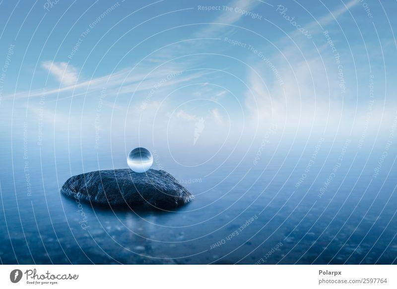 Kristallkugel auf einem Felsen in einer nebligen Meereslandschaft schön Wellness ruhig Meditation Strand Umwelt Natur Landschaft Himmel Nebel Küste Stein Kugel