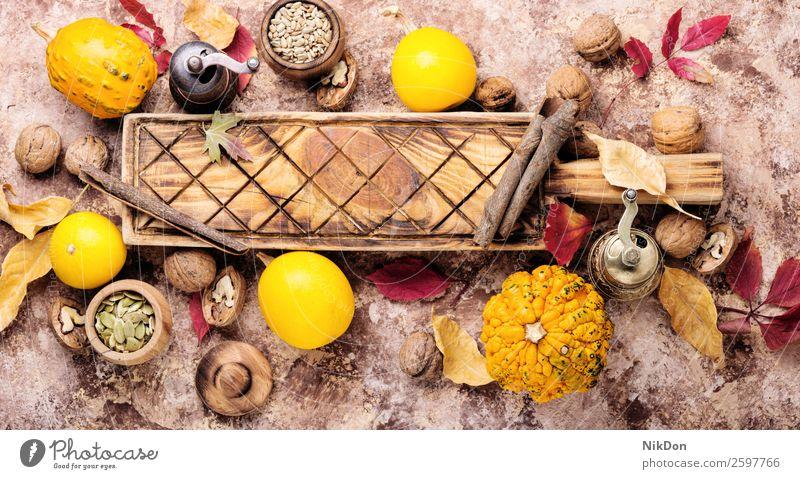 Herbstliche Ernte Kürbis fallen Saison saisonbedingt Gemüse Blatt Küche Küchenbrett Hintergrund Herbstkürbis September Herbstkarte Herbsternte Walnussholz Samen