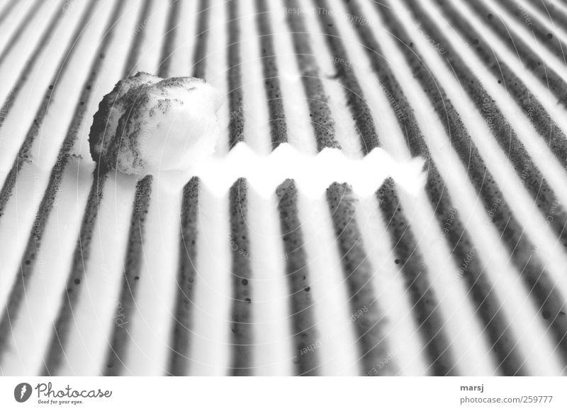 Weisser Schatten? Natur weiß Winter schwarz kalt Schnee außergewöhnlich skurril trashig Surrealismus eckig Skipiste Zickzack Schneebälle