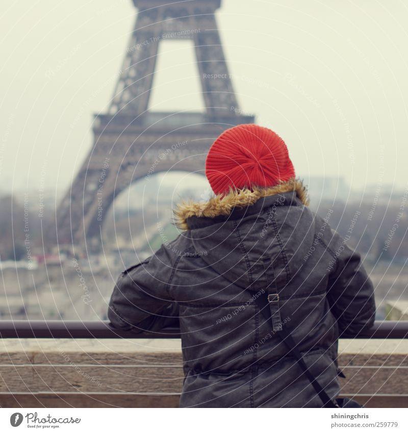 bonjour Mensch Frau Erwachsene grau orange stehen trist Reisefotografie Aussicht Paris Mütze 45-60 Jahre Sehenswürdigkeit schlechtes Wetter Tour d'Eiffel Außenaufnahme