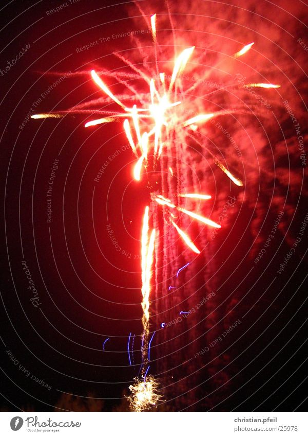 Höhepunkt Licht rot weiß Beleuchtung erleuchten laut dunkel Feuerwerk hell Himmel Die Korken knallen lassen Partystimmung Silvester u. Neujahr Pyrotechnik
