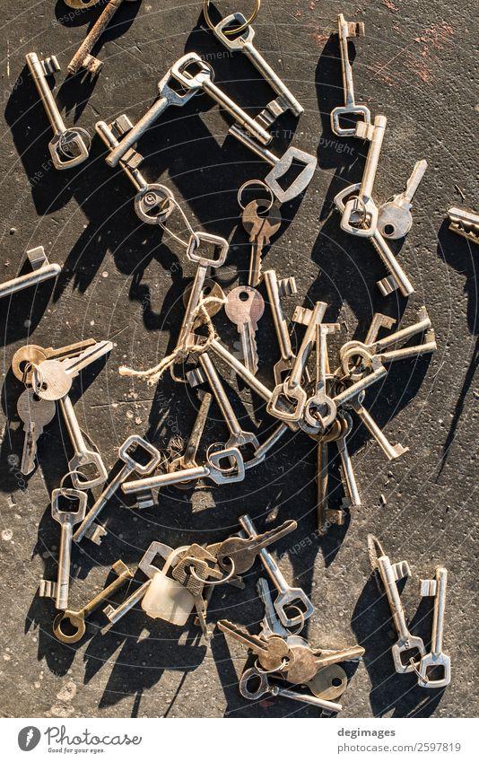 Mehrere verstreute Schlüssel Tisch Menschengruppe Holz Metall Rost alt außergewöhnlich retro schwarz Sicherheit Schutz Geborgenheit geheimnisvoll Hintergrund