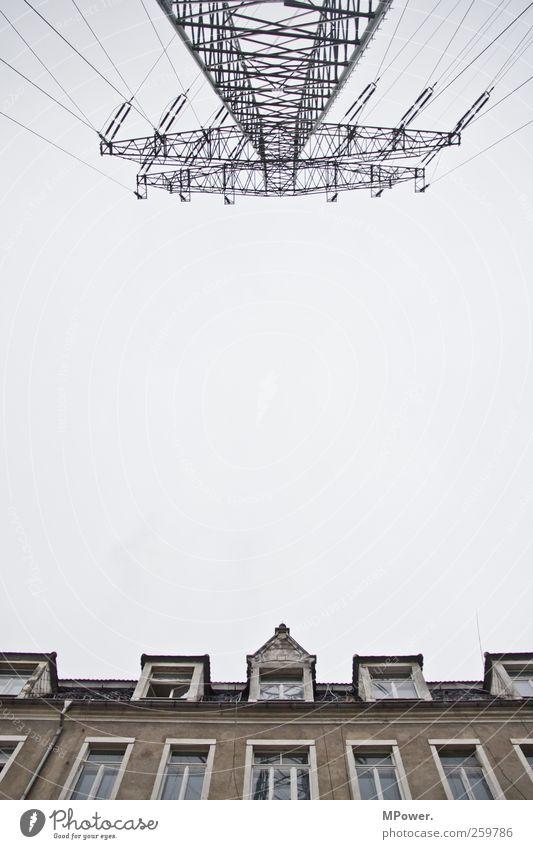 hochspannende aussicht Himmel Haus kalt Fenster grau Wohnung Energiewirtschaft Elektrizität Stahlkabel Aussicht hässlich Hochspannungsleitung Elektrosmog