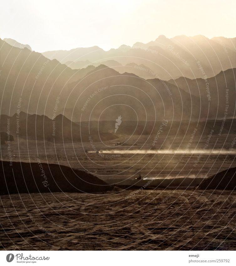 Quad Umwelt Landschaft Sonne Sonnenlicht Sommer Wärme Dürre Hügel Felsen Berge u. Gebirge Wüste außergewöhnlich braun Sonnenstrahlen Staub Sand Aktion