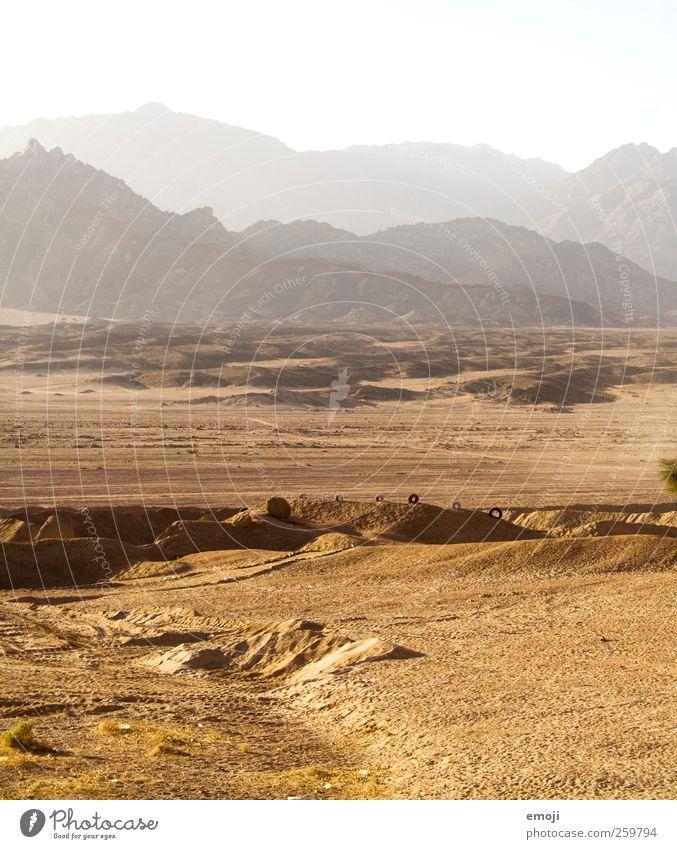 888 Umwelt Landschaft Sonnenlicht Sommer Wärme Dürre Hügel Felsen Berge u. Gebirge Wüste trocken gelb Sand Farbfoto Außenaufnahme Menschenleer Textfreiraum oben