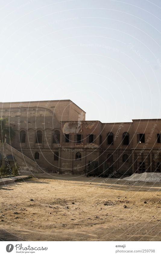vergangene Zeiten alt Einsamkeit Haus Fenster Wand Sand Mauer Fassade kaputt verfallen trocken Verfall Unbewohnt Unbewohnbar
