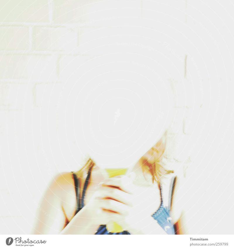 Auflösung! (weiß auf weiß) Spielen Junge Frau Jugendliche Schulter 1 Mensch 18-30 Jahre Erwachsene Schläger stehen hell verrückt blau Schutz Freude Farbfoto