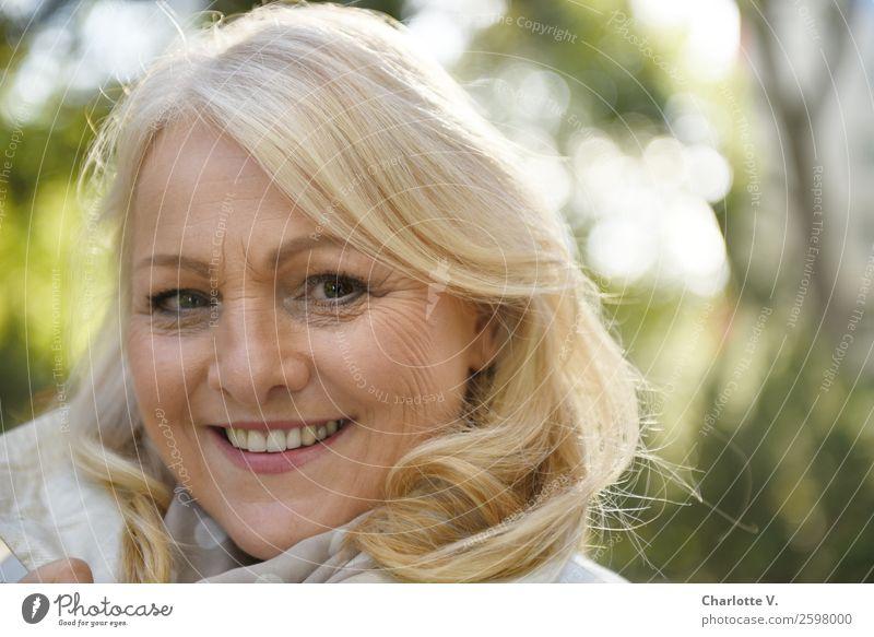 Lebensfreude Frau Mensch schön grün weiß ruhig Erwachsene Senior natürlich feminin Glück Zufriedenheit leuchten frisch blond Lächeln