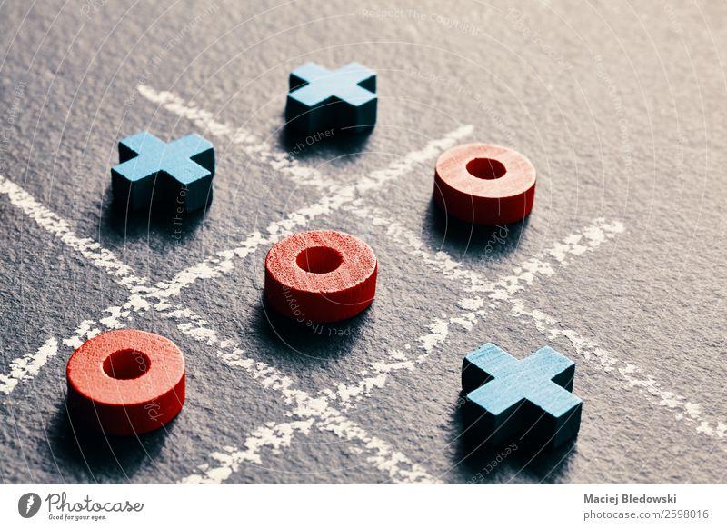 Noughts und Kreuze auf dunklem Hintergrund. Glück Freizeit & Hobby Spielen Brettspiel Erfolg Verlierer Zeichen Denken nerdig klug blau rot schwarz Konkurrenz