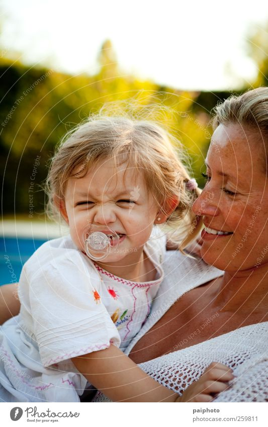 Frau Kind blau weiß Mädchen Gesicht Liebe klein lustig Zeit blond gold Kleid Lippen grinsen Zopf