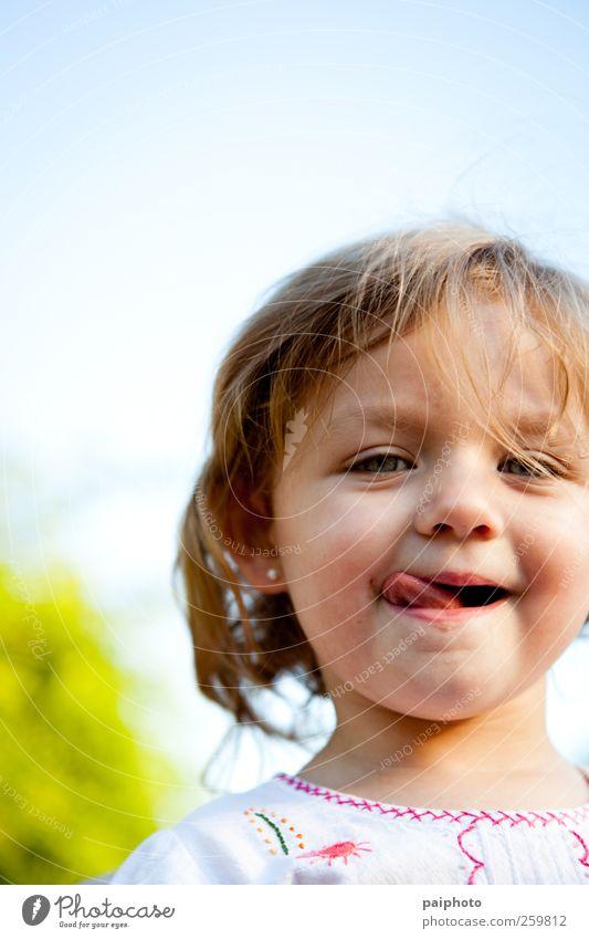 Kind weiß Mädchen Gesicht Liebe Auge klein Zeit blond gold Kleid Lippen grinsen seicht Zopf Musik