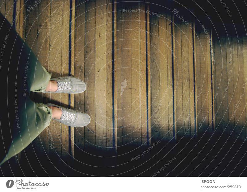 TATE Mensch Jugendliche alt Erwachsene Beine Fuß Schuhe warten Beginn Treppe Abenteuer ästhetisch stehen Lifestyle 18-30 Jahre Hose