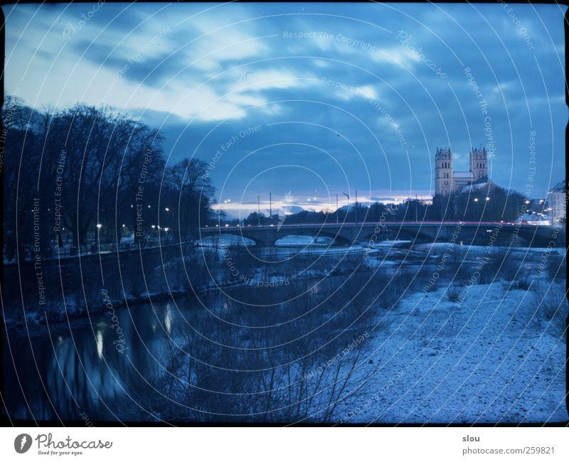 isar@night III Winter Fluss Isar München Kirche Brücke blau analog Langzeitbelichtung Himmel Farbfoto Außenaufnahme Nacht Zentralperspektive