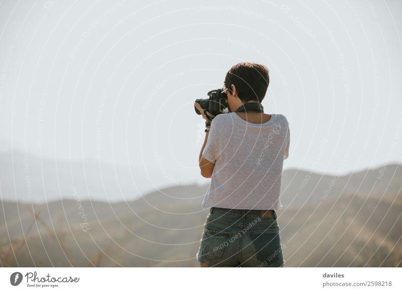 Frau fotografiert in der Natur Lifestyle Freizeit & Hobby Ferien & Urlaub & Reisen Ausflug Abenteuer Freiheit Berge u. Gebirge Fotokamera Mensch feminin