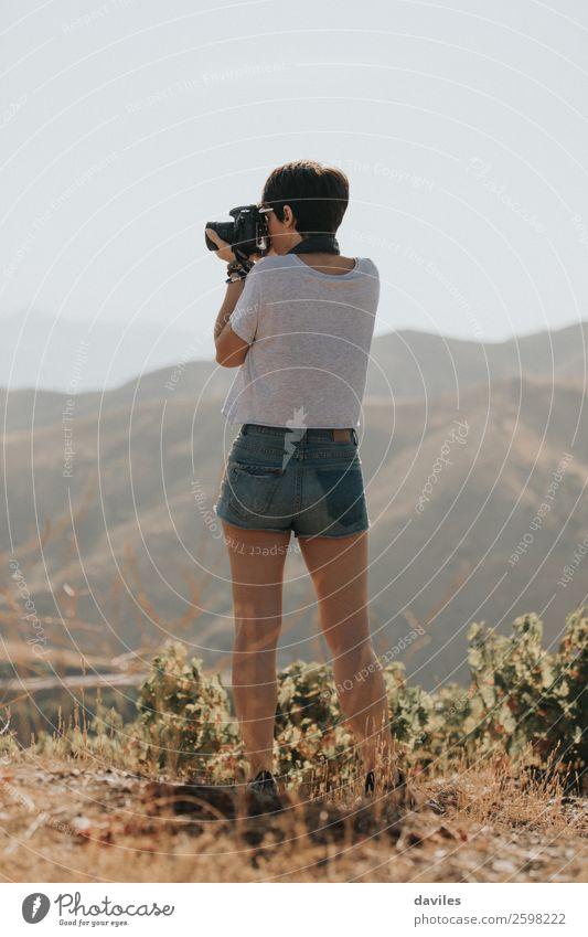 Eine Frau, die die Natur fotografiert. Lifestyle Freizeit & Hobby Ferien & Urlaub & Reisen Abenteuer Berge u. Gebirge wandern Fotokamera Mensch Junge Frau