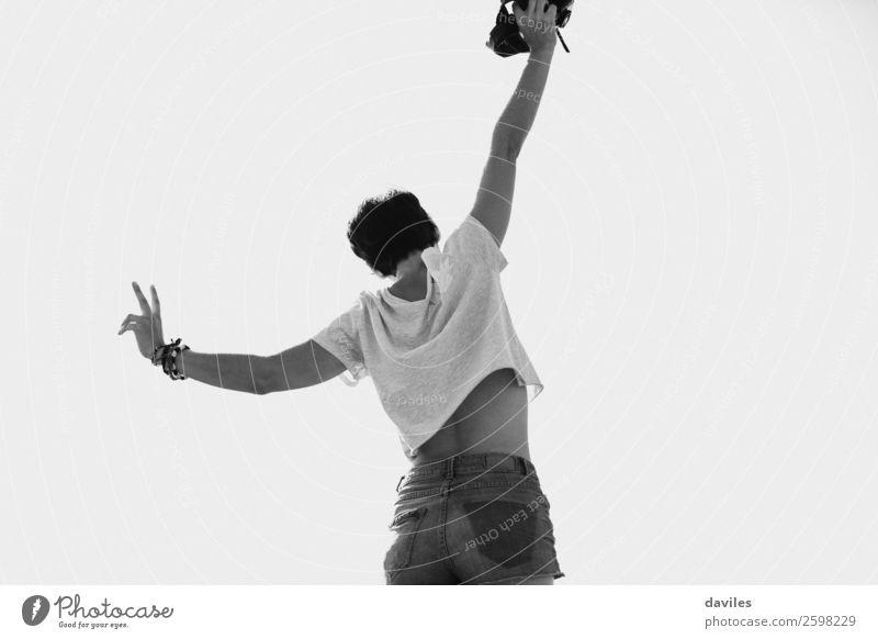 Frau tanzt im Freien Lifestyle Freude Glück Körper Freiheit Sommer Berge u. Gebirge Fotokamera Mensch feminin Junge Frau Jugendliche 1 18-30 Jahre Erwachsene