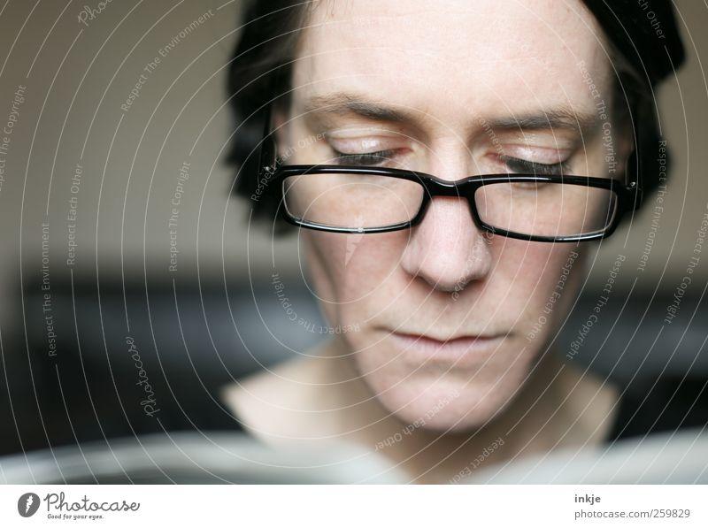 Sonntagszeitung Mensch Frau ruhig Gesicht Erwachsene Leben Gefühle Stil Stimmung Horizont Freizeit & Hobby authentisch Studium Häusliches Leben Lifestyle Brille