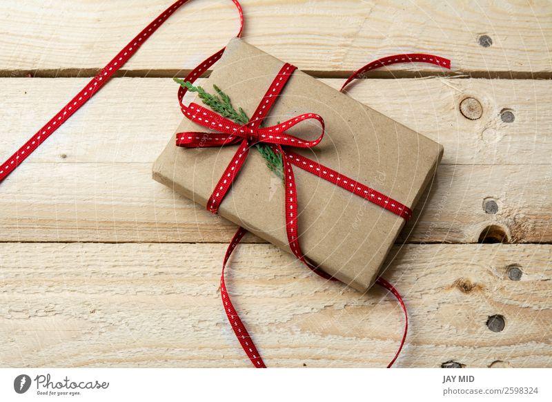 Geschenkbox, verpackt in Recyclingpapier auf Holzuntergrund Brötchen kaufen elegant Basteln Handarbeit Party Feste & Feiern Valentinstag Muttertag Erntedankfest