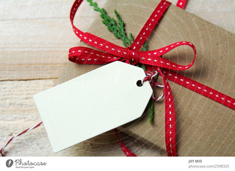Geschenkverpackung aus Recyclingpapier, rote Schleife und Anhänger Brötchen kaufen elegant Feste & Feiern Valentinstag Muttertag Erntedankfest