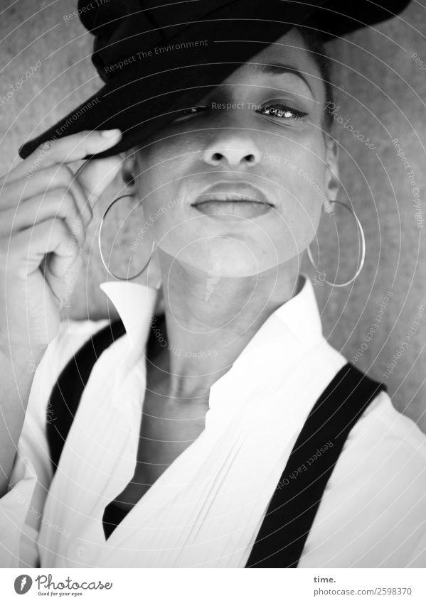 Lilian feminin Frau Erwachsene 1 Mensch Hemd Ohrringe Hut beobachten festhalten Blick schön selbstbewußt Coolness Willensstärke Wachsamkeit Ausdauer Neugier