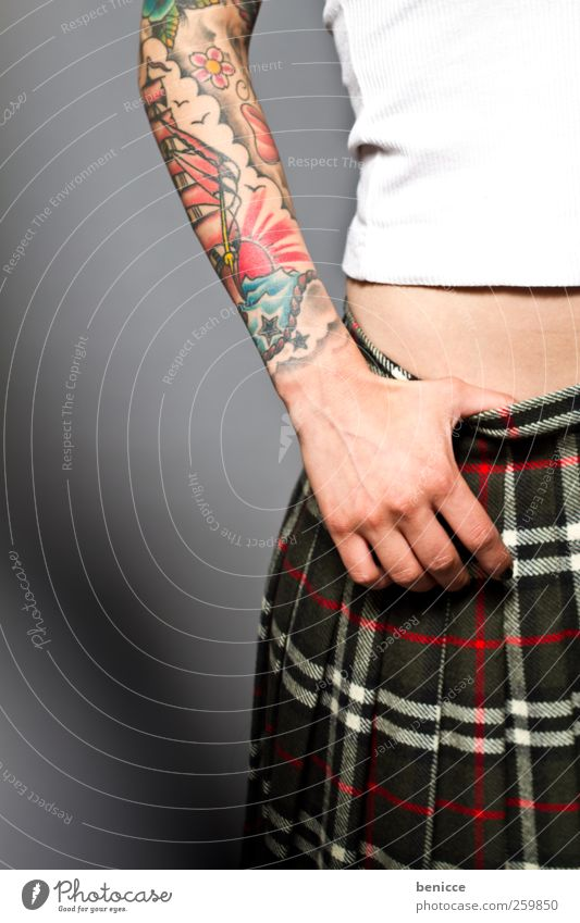 Pain(t) Mensch Frau Hand feminin Arme stehen Junge Frau Rockmusik Tattoo Werkstatt Piercing alternativ Rocker tätowiert