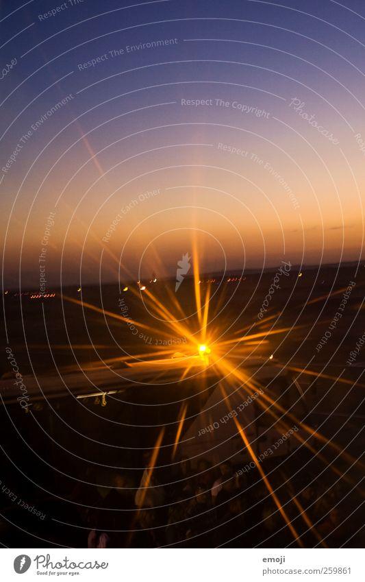 tatütatü Himmel gelb leuchten Fahrzeug Fußgänger Personenverkehr Wolkenloser Himmel Verkehrsmittel Lichtstrahl Busfahren Blinklicht