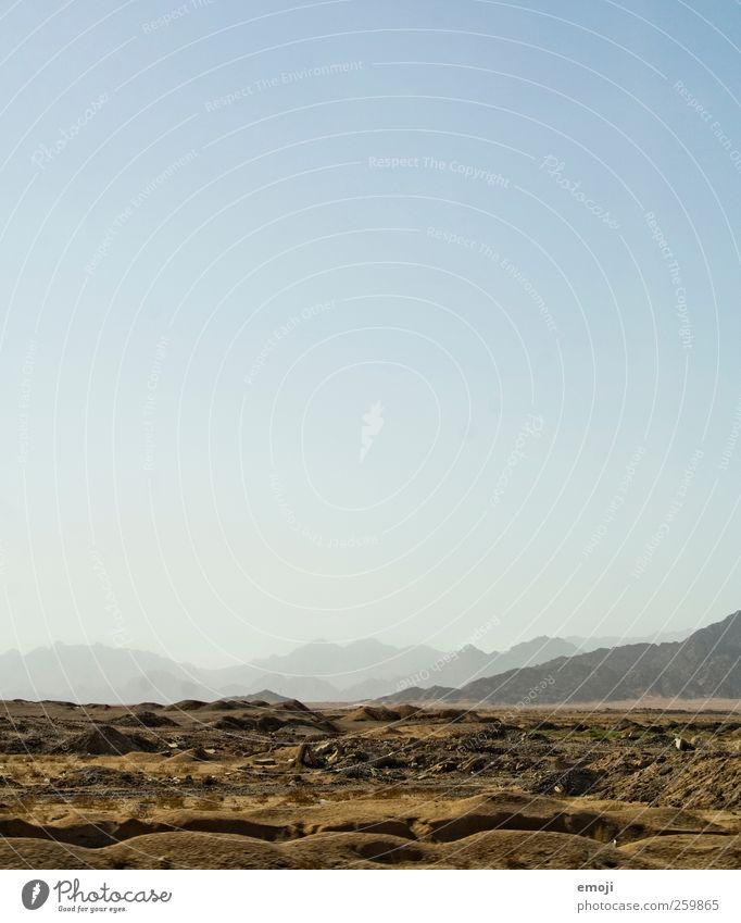 Littering Umwelt Natur Landschaft Himmel Wolkenloser Himmel Wärme Dürre Hügel Felsen Berge u. Gebirge Wüste trocken blau Ferne Boden Erde Farbfoto Außenaufnahme