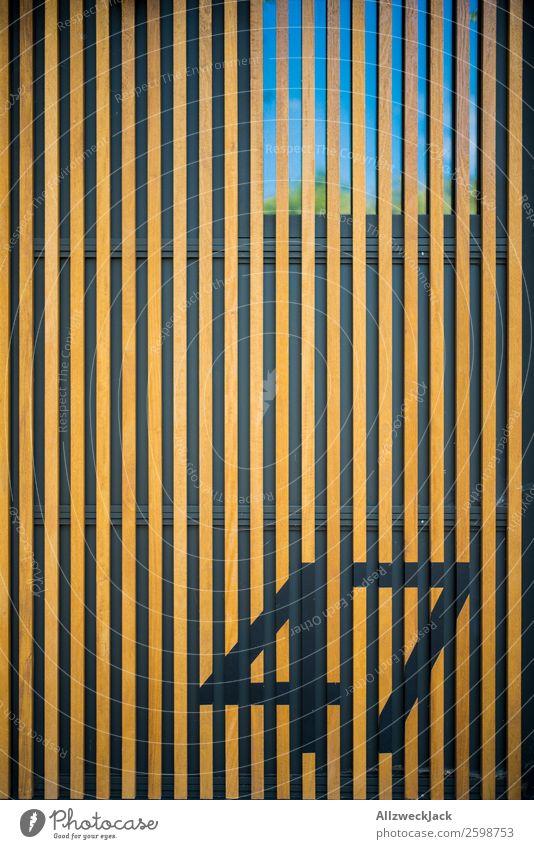 Wand mit Holzstruktur und Zahl Menschenleer Fassade Architektur Detailaufnahme Holzleiste Holzbrett Verkleidung 47 Ziffern & Zahlen Fenster abstrakt Muster
