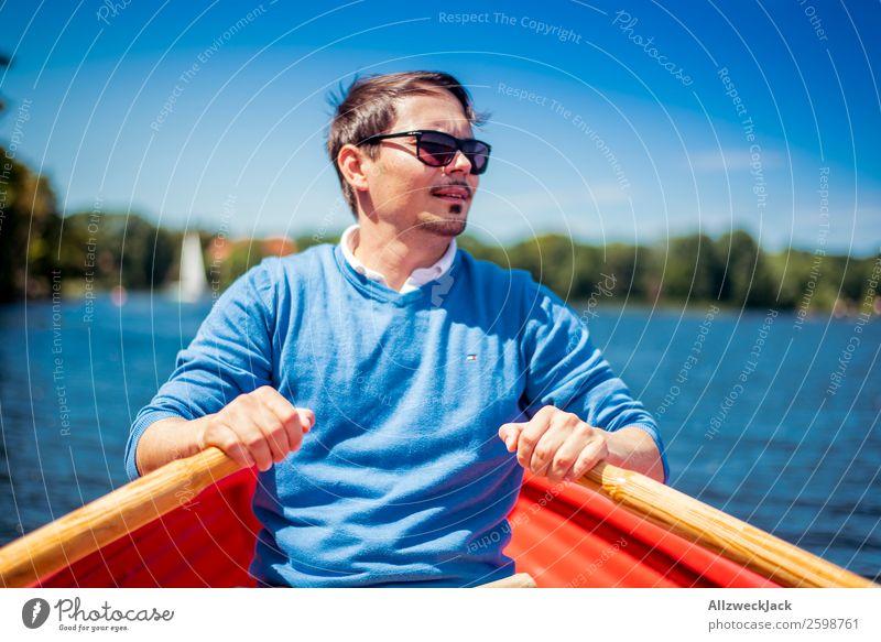 Mann rudert in einem Boot auf dem See Tag Sommer Blauer Himmel Schönes Wetter Freizeit & Hobby Wolken Wasser Wasserfahrzeug Ruder Rudern Porträt Junger Mann