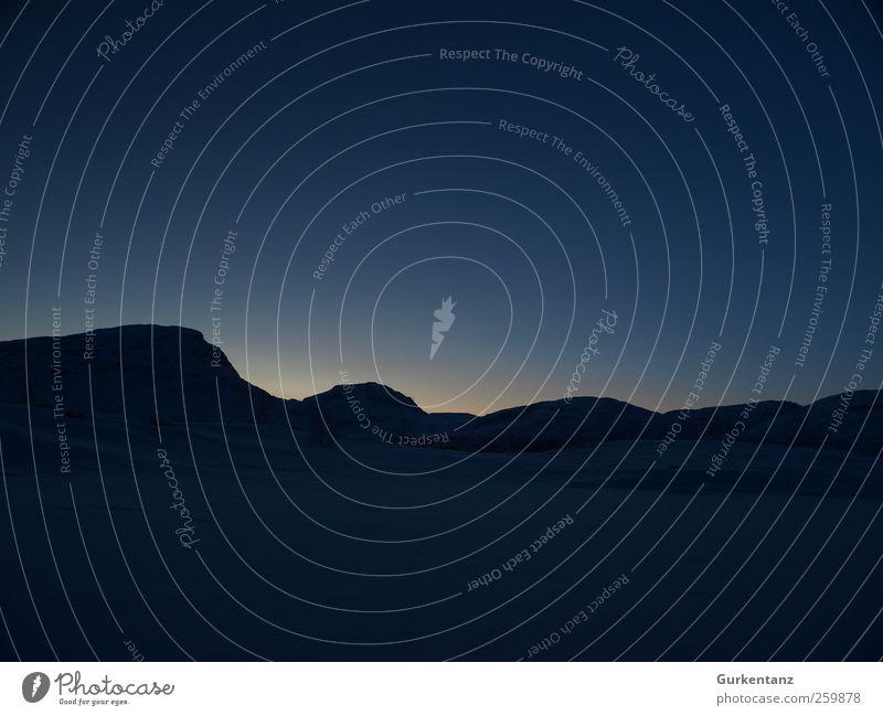 High Noon Polarnacht Landschaft Himmel Wolkenloser Himmel Horizont Sonnenaufgang Sonnenuntergang Winter Hügel Berge u. Gebirge Zufriedenheit schön Ferne Lapland