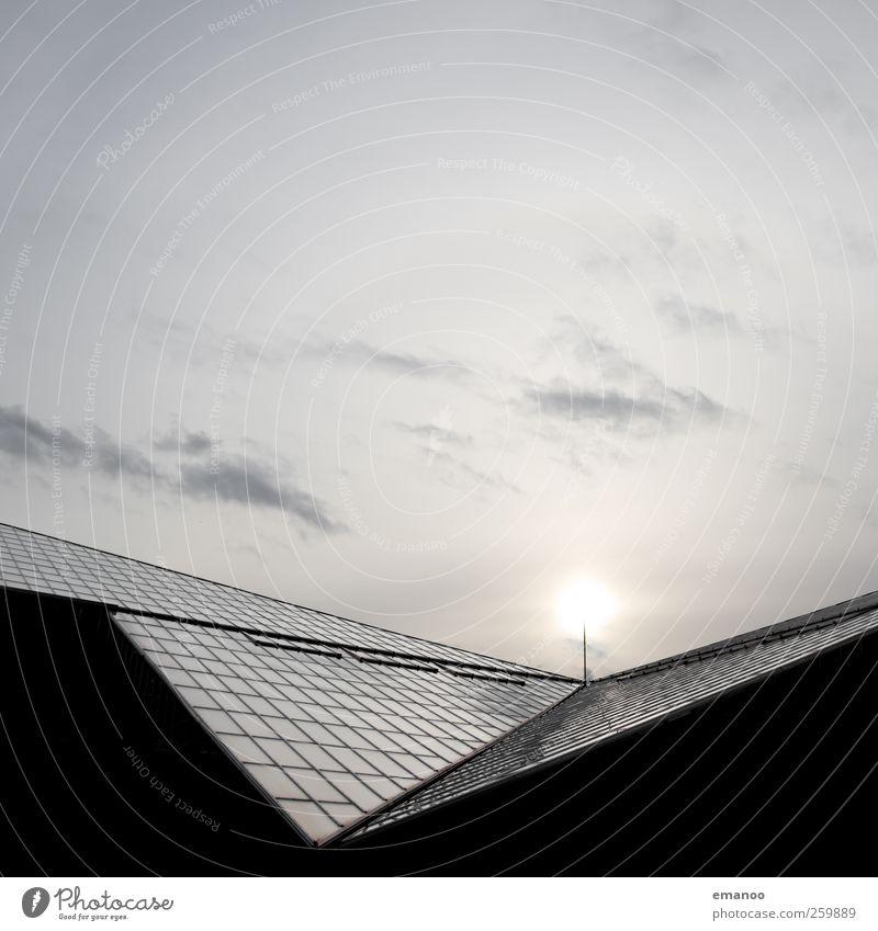 Glashaus Sonnenenergie Luft Himmel Wolken Haus Hochhaus Industrieanlage Fabrik Bauwerk Gebäude Architektur Fassade Fenster Dach Metall dunkel kalt Stadt
