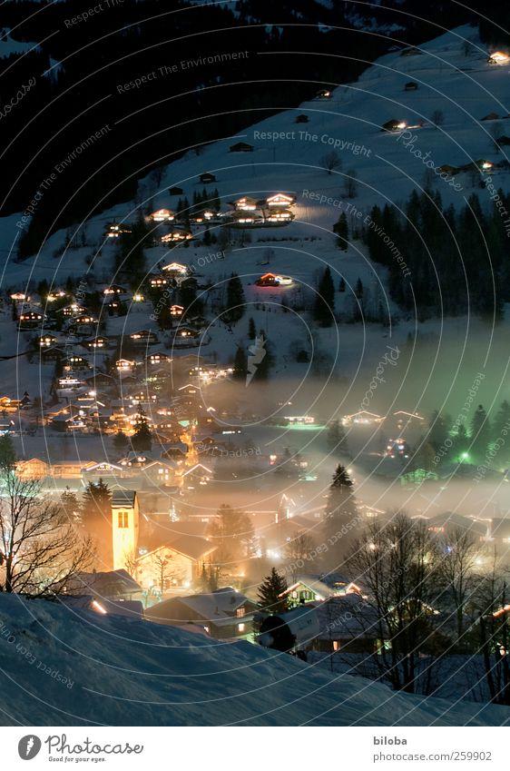 Winternacht weiß schwarz Haus gelb kalt Architektur Gebäude Nebel Kirche Dorf Schweiz Dorfkirche Simmerntal